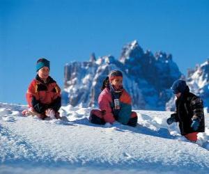 Rompicapo di I bambini godendo le vacanze di Natale, giocano nella neve