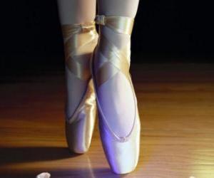 Rompicapo di I piedi di una ballerina con le scarpe di balletto, le scarpette da punta