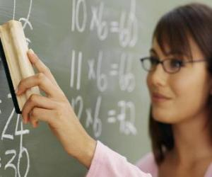 Rompicapo di Insegnante che spiega la lezione alla lavagna