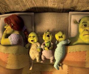 Rompicapo di La famiglia di Shrek, Fiona e tre orchi giovani a letto.
