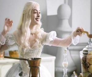 Rompicapo di La Regina Bianca (Anne Hathaway), lavorando su una pozione