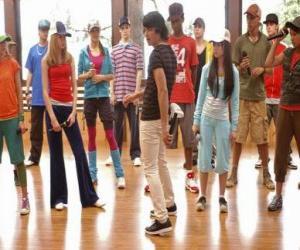 Rompicapo di Le cantante Shane Gray (Joe Jonas) dando una classe di ballo