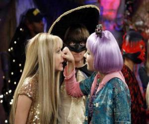 Rompicapo di Lilly preme il naso di Hannah Montana per gli occhi attenti di Oliver.