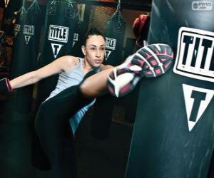 Rompicapo di Lottatora di kickboxing colpisce il sacco