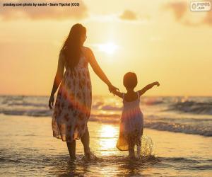 Rompicapo di Madre con la figlia sulla spiaggia