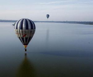 Rompicapo di Mongolfiera volando sull'acqua