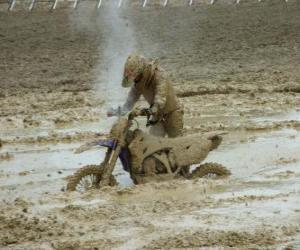 Rompicapo di Moto endurance intrappolata nel fango