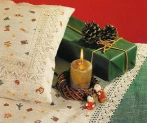 Rompicapo di Natale candela che brucia insieme ad altre decorazioni di Natale