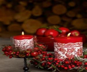 Rompicapo di Natale candele accese e decorate con bacche rosse