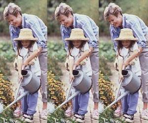 Rompicapo di Nonna che insegna sua nipote per irrigare