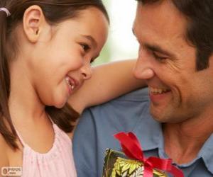 Rompicapo di Padre con sua figlia mentre lei sta dando il dono