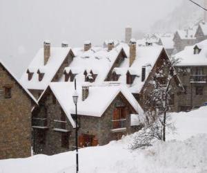 Rompicapo di Paesaggio di neve piccolo villaggio di montagna