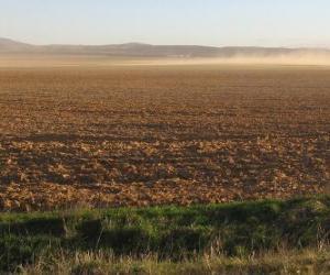 Rompicapo di Paesaggio rurale con un campo arato in primo piano