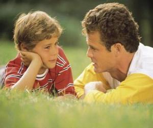 Rompicapo di Papà parla con il figlio nel parco
