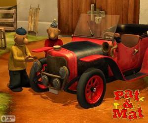Rompicapo di Pat e Mat accanto alla sua auto