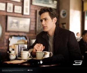 Rompicapo di Peter Parker, seduto pensoso in un bar di New York
