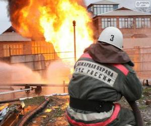 Rompicapo di Pompiere con un tubo flessibile che versa acqua