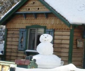 Rompicapo di Pupazzo di neve vicino ad una casa