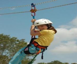 Rompicapo di Ragazza avventuroso che salta con una corda e imbracatura