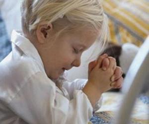 Rompicapo di Ragazza che prega con le sue mani nela preghiera