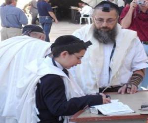 Rompicapo di Ragazzo che studia con il suo insegnante, sia con Kippah, piccolo copricapo rituale