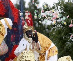 Rompicapo di Re Baldassarre alla parata lanciando caramelle