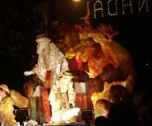 Rompicapo di Re Melchiorre alla parata lanciando caramelle