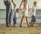 Famiglia camminare lungo la spiaggia
