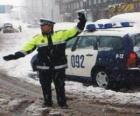 Poliziotto o agente di polizia che arresta il traffico