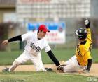 Un corridore di baseball raggiunge la base con i piedi per non essere eliminati