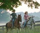 Miley Stewart / Hannah Montana (Miley Cyrus) passeggiate a cavallo con il suo amico Travis Brody (Lucas Till)