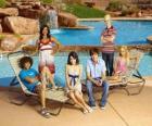 Chad (Corbin Bleu), Taylor (Monique Coleman), Gabriella Montez (Vanessa Hudgens), Troy Bolton (Zac Efron), Ryan Evans (Lucas Grabeel), Sharpay Evans (Ashley Tisdale) al lato da spiaggia