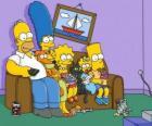 La famiglia Simpson sul divano a casa