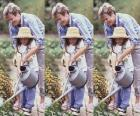 Nonna che insegna sua nipote per irrigare