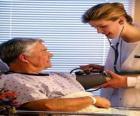 Medico che esplora un paziente