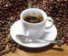 Tazza di caffè e latte con piattino e cucchiaio