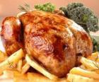 Pollame cucinato intero alla fornace e con la guarnizione su un vassoio