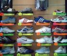 Scarpe da ginnastica o scarpe sportive, di pelle o di tela con suola di gomma