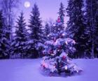 Abeti di Natale in un paesaggio innevato con la luna nel cielo