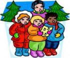 Bambini cantano canti natalizi per la strada