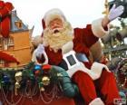Babbo Natale che saluta con la mano dalla magica slitta carica di doni