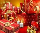 Regali di Natale con una candela accesa nella notte di Natale