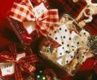 Regali di Natale decorati con nastri