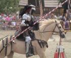 Cavaliere in armatura e con la sua lancia pronti montato sul suo cavallo anche protetti con armature