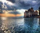 Castello o torre fortificata circondata da un lago