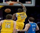 Giocatore di basket facendo una schiacciata