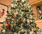 Albero di Natale con gli ornamenti