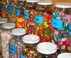 Recipienti di vetro con diversi tipi di caramelle