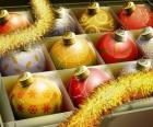 Conjunt de boles de Nadal amb diferents decoracions