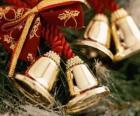 Campane di Natale ornate con nastri